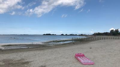 Luftmatratze am Strand
