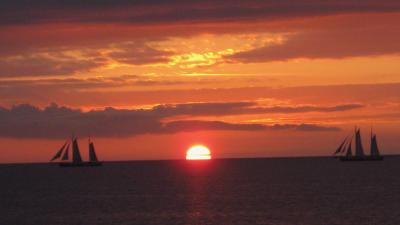 Sonnenuntergang mit Segelbooten