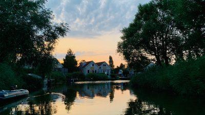 Unser Ferienhaus in der Gracht im Beach Resort Makkum - Schakelvilla - familienfreundliches Ferienhaus am IJsselmeer in den Niederlanden