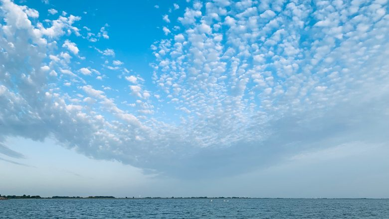 Wolkenbild über dem IJsselmeer - Schakelvilla - familienfreundliches Ferienhaus am IJsselmeer in den Niederlanden