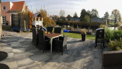 Terrasse mit Trampolin und Rutschenturm - Schakelvilla - Ferienhaus im Beach Resort Makkum für die ganze Familie - Urlaub am IJsselmeer