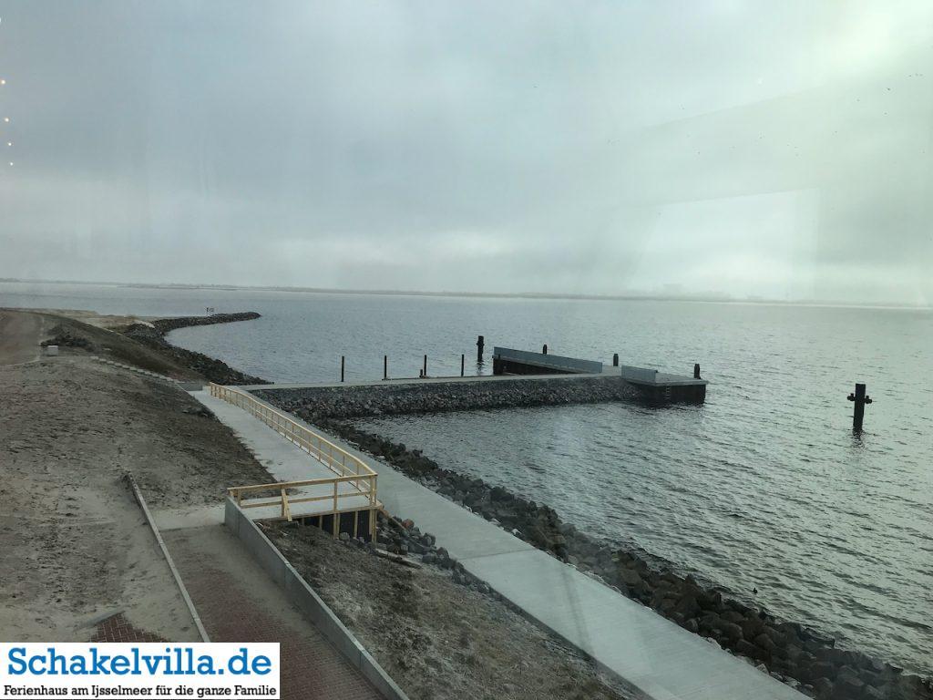 Anlegesteg vom IJsselmeer am Wadden Center beim Abschlussdeich - Schakelvilla Ferienhaus für Familien am IJsselmeer in Makkum