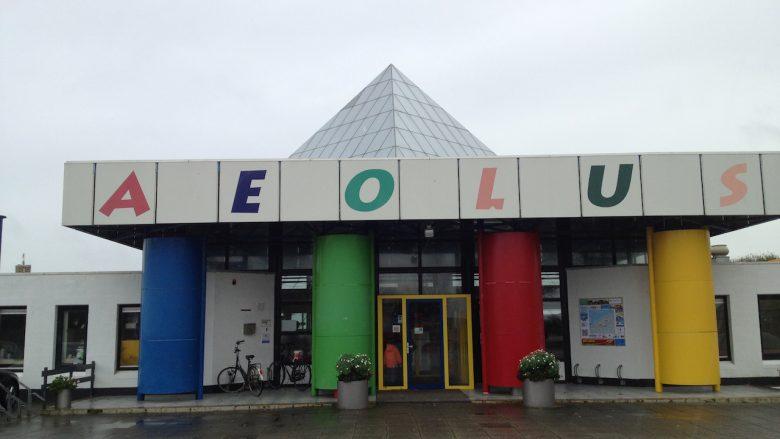 Eingang AEOLUS Technilogiepyramide Outdoorspielplatz und Indoorspielplatz in Sexbierum - Schakelvilla Ferienhaus für die ganze Familie in Makkum am IJsselmeer