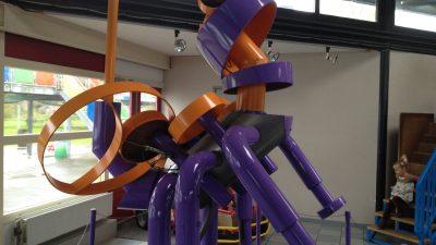 Skulptur im AEOLUS Technilogiepyramide Outdoorspielplatz und Indoorspielplatz in Sexbierum - Schakelvilla Ferienhaus für die ganze Familie in Makkum am IJsselmeer
