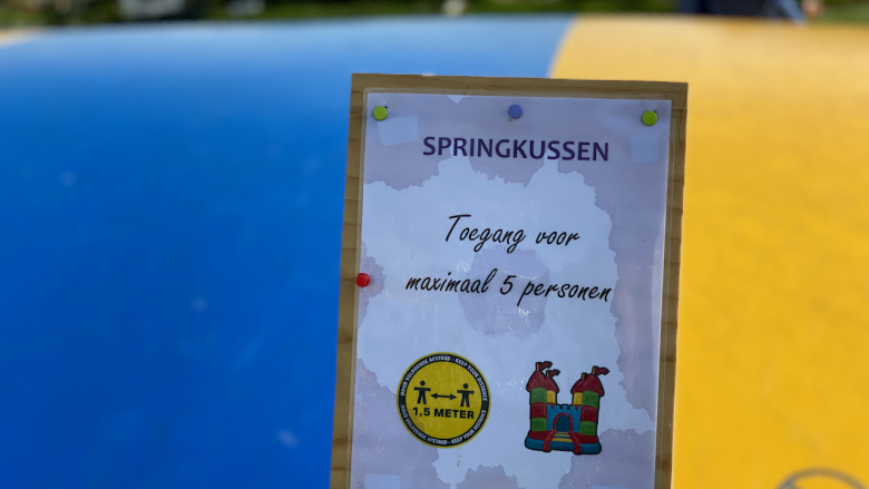 Abstand halten auf dem Sprungkissen des Campingplatzes de holle poarte und nur bis zu 5 Kinder - Schakelvilla Ferienhaus in Holland