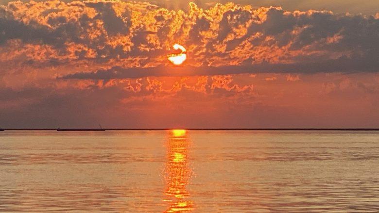 Sonnenuntergang am IJsselmeer - mit dem Boot von unserem familienfreundlichen Ferienhaus schakelvilla aus sind es nur fünf Minuten bis hierhin