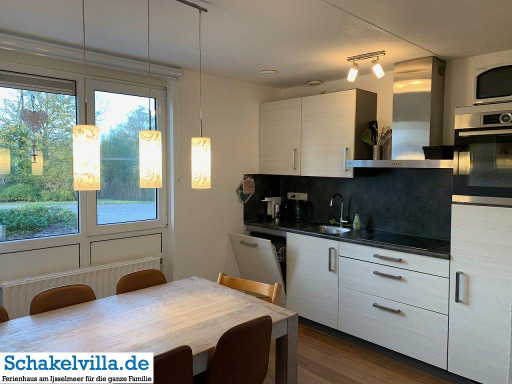 neue Lampen in der Küche über dem Esstisch - Schakelvilla Ferienhaus für Familien
