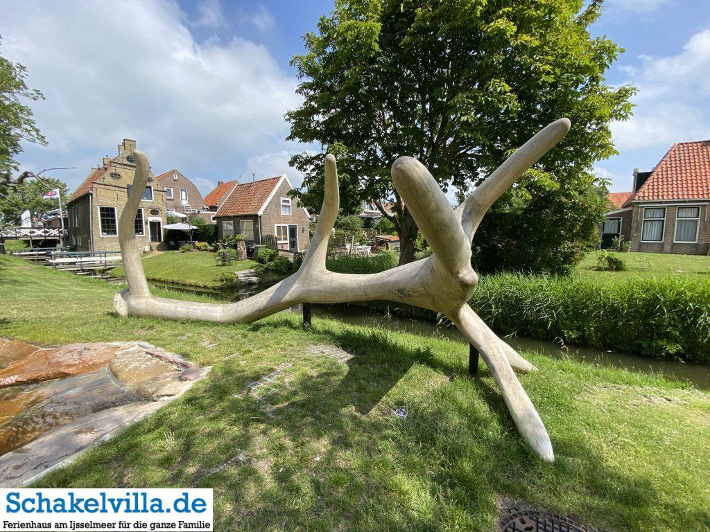 Lebensbaum im 11 Fountainen in Hindeloopen - Stadtwappen von Hirsch und Hirschkuh eingerahmt - Schakelvilla Ferienhaus am IJsselmeer