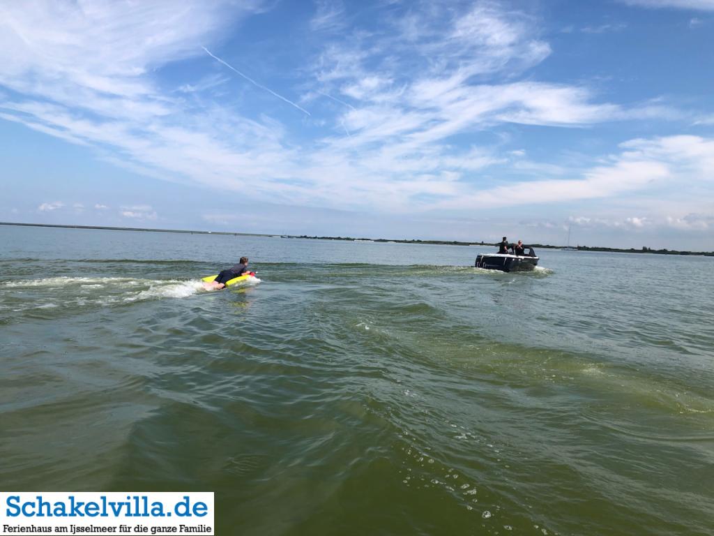 Bolsward (Boalsert) in Friesland mit dem Boot erleben - Ferienhaus #schakelvilla am IJsselmeer